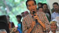 Jokowi yang mengenakan kemeja kotak-kotak memberikan sambutan saat di Keraton Kasepuhan Cirebon, Jawa Barat, Rabu (18/6/14). (Liputan6.com/Herman Zakharia)