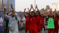 Pelatih Indra Sjafri dan para pemain Timnas Indonesia U-22 melakukan Viking Claps yang dipimpin suporter di tribune The National Olympic Stadium, Minggu (24/2/2019). (Bola.com/Zulfirdaus Harahap)