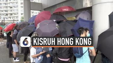 Pemerintah Hong Kong melarang demonstran mengenakan masker saat menggelar demonstrasi. Dua demonstran disidang karena tidak mau melepas maskernya dan akhirnya ditangkap.
