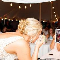 Dalam foto terlihat si pengantin perempuan tengah menghapus air matanya sambil berbincang dengan seseorang lewat video call. (Foto: Caters News Agency)