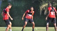Pemain Persipura, Ricardo Salampessy dkk saat latihan di kusuma agro wisata Batu. (Iwan Setiawan/Bola.com)