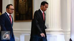 Presiden Jokowi didamping Menteri Ketenagakerjaan M Hanif Dhakiri berjalan menemui PM Malaysia, HE Dato Sri Muhammad Najib Tun Abdul Razak di Istana Merdeka, Jakarta, Senin (1/8). (Liputan6.com/Faizal Fanani)