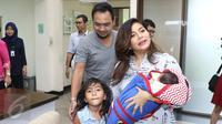 Pasangan selebriti Meisya Siregar dan Bebi Romeo pada saat memasuki ruang jumpa pres kelahiran anak ke 3 mereka di kawasan Panglima Polim, Jakarta, Minggu (27/11). (Liputan6.com/Herman Zakharia)