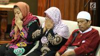 Siti Aisyah bersama dengan orang tua di Kemenlu, Jakarta, Senin (11/3). Siti Aisyah kembali ke Indonesia setelah dibebaskan Pengadilan Tinggi Shah Alam terkait kasus dugaan pembunuhan Kim Jong-Nam. (Liputan6.com/Johan Tallo)
