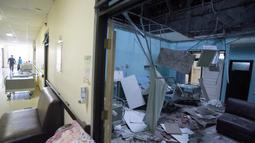 Kerusakan bangsal rumah sakit Ngudi Waluyo setelah gempa bermagnitudo 6,0 melanda Blitar, Jawa Timur, Sabtu (10/4/2021). Akibat gempa itu, sejumlah rumah, gedung fasilitas umum, dan tempat ibadah di sekitar delapan kecamatan di wilayah Kota dan Kabupaten Blitar dilaporkan rusak. (M. ULIN NUHA/AFP)