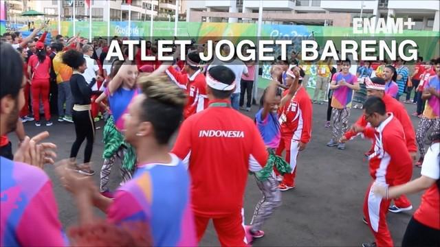 Atlet Indonesia punya cara dalam menghibur diri sendiri. Bersama warga sekitar mereka berbaur dan berjoget bersama