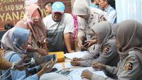 Keluarga korban pesawat Lion Air JT 610 menyerahkan dokumen di Posko Antemortem RS Polri Kramat Jati, Selasa (30/10). Para anggota keluarga itu diperiksa untuk mendukung pemeriksaan antemortem korban insiden pesawat itu. (Liputan6.com/Immanuel Antonius)