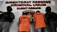 Polisi mengawal dua tersangka kasus prostitusi online di Apartemen Kalibata City, Jakarta, Minggu (6/5). Praktik prostitusi online berkedok pijat tradisional tersebut dibongkar pada 2 Mei 2018. (Merdeka.com/Iqbal Nugroho)