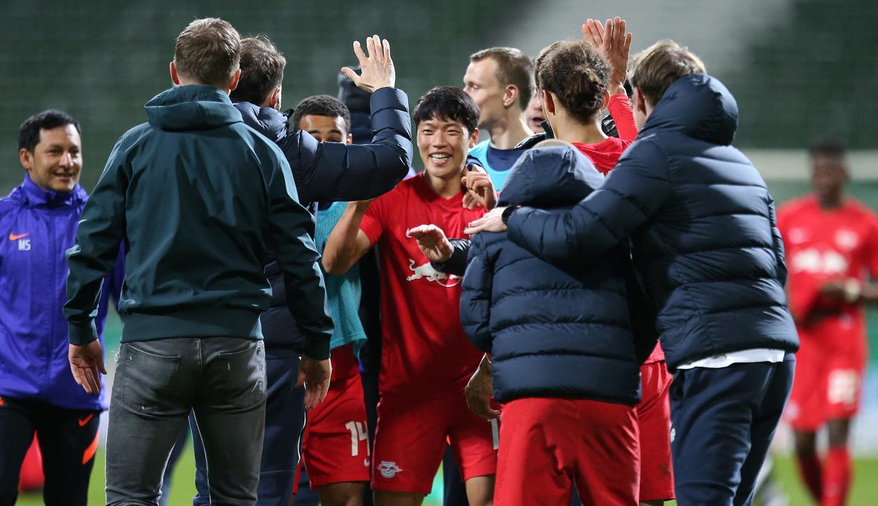Striker RB Leipzig, Hwang Hee-chan (tengah) bersama para pemain lainnya merayakan kemenangan 2-1 atas Werder Bremen melalui babak perpanjangan waktu dalam laga semifinal DFB Pokal di Weserstadion, Bremen, Jumat (30/4/2021). (AFP/Cathrin Mueller/Pool)