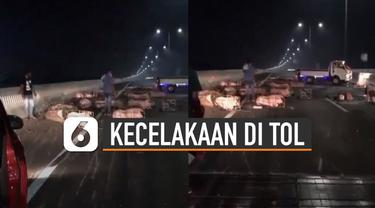 Beredar video sebuah mobil pengangkut babi alami kecelakaan di Tol Layang MbZ KM 20+400 arah jakarta.