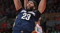 Aksi pemain New Orleans Pelicans, Anthony Davis saat melakukan dunks pada laga Playoffs game ke-2 NBA basketball di Moda Center, Portland, (17/4/2018). Pelicans menang 111-102. (AP/Craig Mitchelldyer)