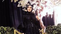 Selanjutnya adalah saat Fenita Arie tampil dengan gaun hitamnya. Nggak berlebihan, Fenita terlihat begitu cantik dan elegan. (Instagram/fenitarie)