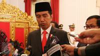 Presiden Joko Widodo (Jokowi) memberikan keterangan kepada wartawan perihal insiden yang menimpa penyidik KPK, Novel Baswedan di Istana Merdeka, Jakarta, Selasa (11/4). Jokowi mengutuk keras penyerangan terhadap Novel Baswedan. (Liputan6.com/Angga Yuniar)