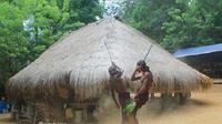 Ritual perang melawan roh jahat dilaksanakan oleh para tabib yang disebut Molan oleh warga setempat. (dok. istimewa)