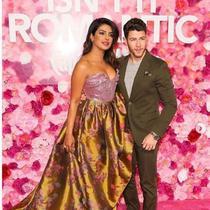 Priyanka Chopra dan Nick Jonas di premier film Isn't It Romantic di Los Angeles. (dok.Instagram @popsugar/https://www.instagram.com/p/BtybOkHAY5V/Henry