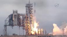 Roket Falcon 9 milik SpaceX bersiap meluncur dari landasan 39A, Kennedy Space Center, Florida, AS, Minggu (19/2). Roket Falcon 9 membawa kapsul Dragon berisi 2,5 ton perbekalan untuk para astronaut di ISS. (AFP PHOTO / NASA)