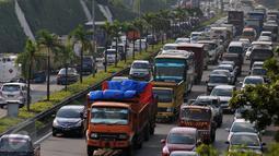 Kepadatan kendaraan pribadi dan truk barang di Tol Pondok Pinang- TMII menuju Tol Lingkar Luar Jakarta, Selasa (29/12). Aturan tersebut dituangkan dalam surat edaran ke pihak kepolisian, Gubernur, Walikota dan Bupati setempat. (Liputan6.com/Yoppy Renato)