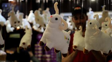 Boneka domba terlihat di sebuah pasar jelang Hari Raya Idul Adha di Gaza City, pada 25 Juli 2020. (Xinhua/Rizek Abdeljawad)