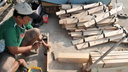 Perajin memproduksi permainan tradisional bakiak di Jakarta, Kamis (1/8/2019). Memasuki bulan Kemerdekaan, produksi bakiak rumahan milik Bang Bandit ini mampu menghasilkan 150 pasang per hari dengan harga jual Rp 25 ribu-35 ribu dan telah dipasarkan hingga ke Bekasi. (merdeka.com/Iqbal S Nugroho)