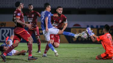 Persib mendominasi jalannya pertandingan. Tim Maung Bandung mengandalkan serangan dari lini sayap. Namun sayang duel kedua tim berakir dengan skor 0-0. (Bola.com/Bagaskara Lazuardi)