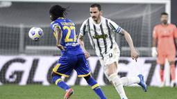 Pemain Parma Gervinho (kiri) memperebutkan bola dengan pemain Juventus Alvaro Morata pada pertandingan Serie A di Stadion Allianz Turin, Italia, Rabu (21/4/2021). Juventus menang 3-1. (Piero Cruciatti/LaPresse via AP)
