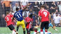 Mason Greenwood dari Manchester United, kedua dari kiri, mencetak gol pertama timnya dalam pertandingan melawan Southampton, selama pertandingan sepak bola Liga Inggris di Stadion St. Mary di Southampton, Inggris, Minggu 22 Agustus 2021. (Andrew Matthews/