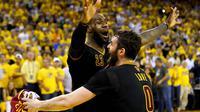 Pebasket Cleveland Cavaliers, LeBron James dan Kevin Love merayakan keberhasilan meraih mahkota NBA usai menaklukkan Golden State Warriors. Cavs menang dengan skor 93-89 atas Warriors. (AFP/Ezra Shaw)