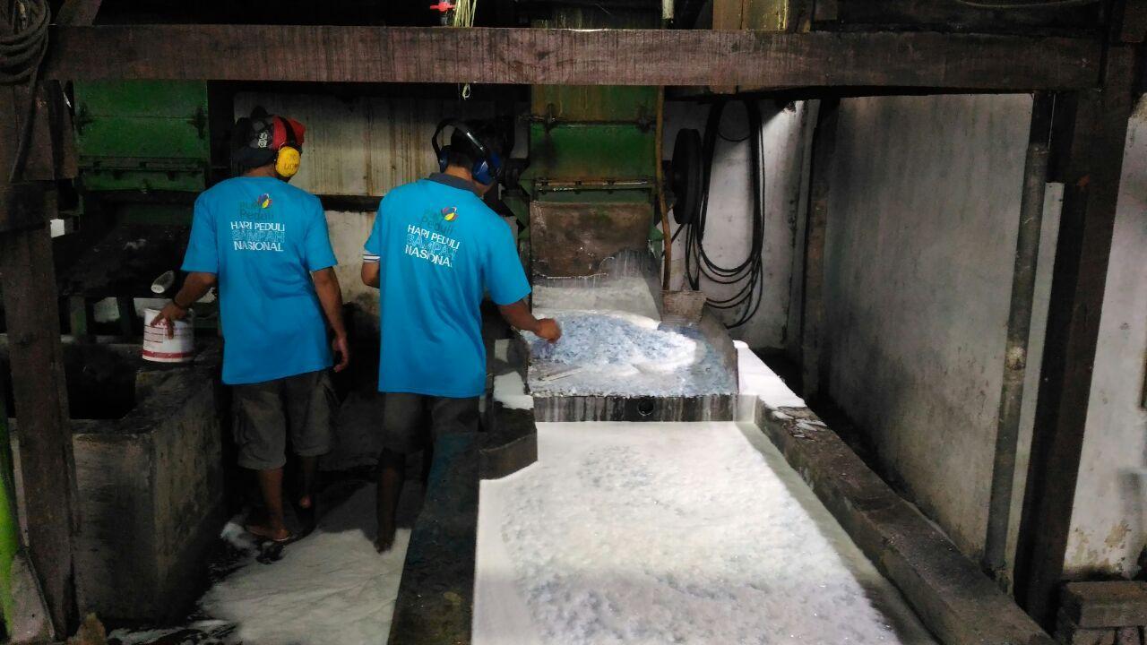 Proses produksi plastik cacah di Bank Sampah Malang. (Liputan6.com/Dinny Mutiah)