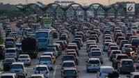 Sejumlah kendaraan antre di gerbang tol Palimanan Cipali, Jawa Barat, Kamis (29/6). Memasuki H+4 Lebaran, arus balik dari Jawa Tengah menuju Jakarta masih terpantau padat dan puncak arus balik diprediksi terjadi H+5 dan H+6. (Liputan6.com/Faizal Fanani)