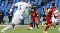 Pemain AS Roma, Bryan Reynolds, mengontrol bola saat melawan Crotone pada laga Liga Italia di Stadion Olimpico, Senin (10/5/2021). AS roma menang dengan skor 5-0. (AP/Gregorio Borgia)