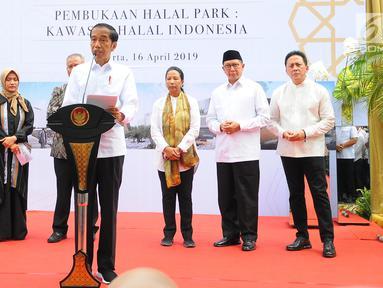 Presiden Joko Widodo atau Jokowi memberi sambutan saat meresmikan Halal Park di Kompleks Gelora Bung Karno (GBK), Senayan, Jakarta, Selasa (16/4). Jokowi mengungkapkan, Halal Park nantinya akan memiliki luas 21 ribu meter persegi. (Liputan6.com/Angga Yuniar)