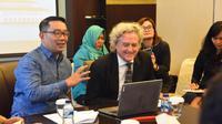 Gubernur Jawa Barat Ridwan Kamil bersama beberapa insan media menggelar teleconference dengan sejumlah pihak yang berada di Inggris terkait program English for Ulama, di bjb Precious, Jakarta, Selasa (12/11/19) kemarin. (sumber foto : Humas Jabar)