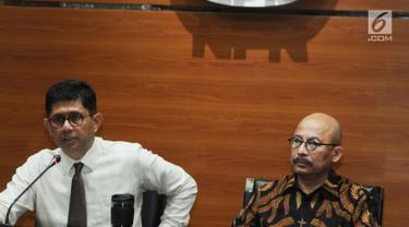 Wakil Ketua KPK, Laode M Syarif dan Anggota Pansel MK Mas Achmad Santosa memberikan keterangan usai melakukan pertemuan di gedung KPK, Jakarta, Senin (9/7). Pertemuan tersebut meminta masukan kreteria 9 nama calon hakim MK. (Merdeka.com/Dwi Narwoko)