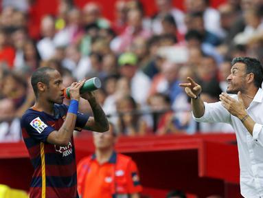 Pelatih Barcelona Luiz Enrique terlihat serius memberikan instruksi kepada Neymar, pada lanjutan Liga Spanyol antara Sevilla vs Barcelona di Stadion Ramon Sanchez Pizjuan, Sabtu (03/10/2015). (REUTERS/Marcelo del Pozo)
