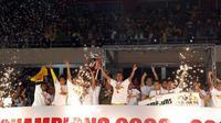 Sriwijaya FC saat mengangkat trofi juara Copa Indonesia 2008-2009. (Bola.com/Dok. GO)