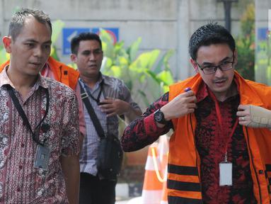 Gubernur Jambi nonaktif Zumi Zola Zulkifli mengenakan rompi oranye tiba untuk menjalani pemeriksaan lanjutan di KPK, Jakarta, Jumat (6/7). Zumi Zola diperiksa terkait dugaan suap pengesahan R-APBD Pemprov Jambi 2018. (Merdeka.com/Dwi Narwoko)