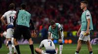 Striker Tottenham Hotspur Son Heung-Min (tengah) terduduk di lapangan setelah kalah dari Liverpool di final Liga Champions di Stadion Wanda Metropolitano, Madrid, Spanyol, Sabtu (1/6/ 2019). (Photo by Ben STANSALL/AFP)