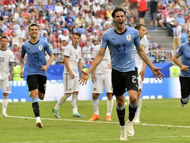 Pemain Uruguay, Edinson Cavani (tengah) merayakan golnya ke gawang Rusia pada laga grup A Piala Dunia 2018 di Samara Arena, Samara, Rusia, (25/6/2018). Uruguay menang 3-0. (AP/Martin Meissner)