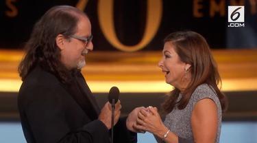 Sutradara kawakan Hollywood, Glenn Weiss memanfaatkan podium Emmy Awards 2018 untuk melamar kekasihnya.