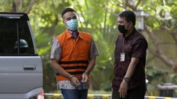 Menantu mantan Sekretaris Mahkamah Agung Nurhadi, Rezky Hebriyono (kiri) saat akan menjalani pemeriksaan pascapenahanan di Gedung KPK, Jakarta, Rabu (10/6/2020). Rezky diperiksa sebagai saksi untuk Nurhadi terkait dugaan suap pengurusan perkara di MA tahun 2011-2016. (merdeka.com/Dwi Narwoko)