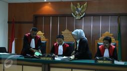 Hakim Pengadilan Negeri melihat berkas sidang  yang melibatkan Iwan Fals dan PT Airo Swadaya Stupa, Jakarta, (7/1). Meskipun menang, Iwan Fals melalui PT Tiga Rambu tak berhasil mendapatkan uang tuntutan Rp1,1 miliar. (Liputan6.com/Herman Zakharia)
