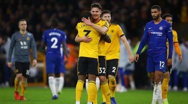 Bek Wolverhampton, Leander Dendoncker, bersama Ivan Cavaleiro merayakan kemenangan atas Chelsea pada laga Premier League di Stadion Molineux Wolves, Kamis (5/12). Wolves menang 2-1 atas Chelsea. (AFP/Geoff Caddick)