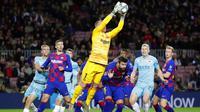 Kiper Barcelona, Marc-Andre ter Stegen, menangkap bola saat melawan Slavia Praha pada laga Liga Champions 2019 di Stadion Camp Nou, Selasa (5/11). Kedua tim bermain imbang 0-0. (AP/Emilio Morenatti)