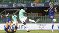 Striker Inter Milan, Romelu Lukaku, melepaskan tendangan ke arah gawang Hellas Verona pada laga lanjutan Serie A di Stadion Antonio Bentegodi, Jumat (10/7/2020) dini hari WIB. Inter Milan bermain imbang 2-2 atas Hellas Verona. (Paola Garbuio/LaPresse via AP)