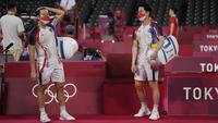 Pasangan ganda putra Indonesia, Marcus Gideon dan Kevin Sanjaya dipaksa menelan kekalah ketika bertemu dengan pasangan Malaysia, Aaron Chia dan Soh Wooi Yik pada pertandingan 16 besar Olimpiade Tokyo 2020. (Foto: AP/Markus Schreiber)