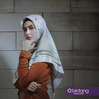 Di tengah dirinya sedang laris manis di program televisi, Kartika Putri putuskan untuk berhijab. (Foto: Deki Prayoga, Busana:  @8wood, Hijab by @hijabtoday, Stylist: Indah, DI: Muhammad Iqbal Nurfajri/Bintang.com)