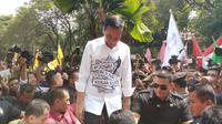 Jokowi di tengah relawannya yang menyemut di Kantor KPU, Jakarta. (Liputan6.com/Ady Anugrahadi)
