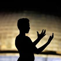 Muslim Palestina memanjatkan doa sambil menunggu Lailatul Qadar di luar Dome of the Rock, kompleks masjid Al-Aqsa di Kota Tua Yerusalem, Senin (11/6). Umat Islam menanti malam lailatul qadar pada sepuluh hari terakhir Ramadan. (AFP/AHMAD GHARABLI)