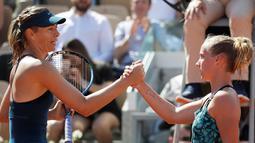 Petenis Rusia, Maria Sharapova bersalaman dengan petenis Belanda, Richel Hogenkamp usai pertandingan Prancis  Terbuka di stadion Roland Garros, Paris, (29/5). Sharapova dalam waktu 1 jam dan 54 menit. (AP Photo/Alessandra Tarantino)