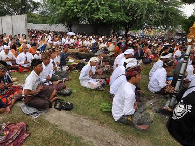 Ribuan umat Hindu melaksanakan ritual Melasti di Palu, Sulawesi Tengah, Kamis (19/3/2015). Ritual ini dilaksanakan untuk penyucian diri menyambut perayaan Hari Raya Nyepi Tahun Baru Saka 1937 pada Sabtu (21/3) mendatang.  (Liputan6.com/Dio Pratama)